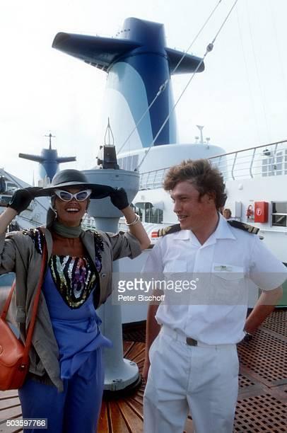 'Wencke Myhre und Offizier in einem Sketch ARDShow ''Wencke voraus eine Bühnenshow mit Wencke Myhre auf hoher See'' am auf Kreuzfahrtschiff MS...