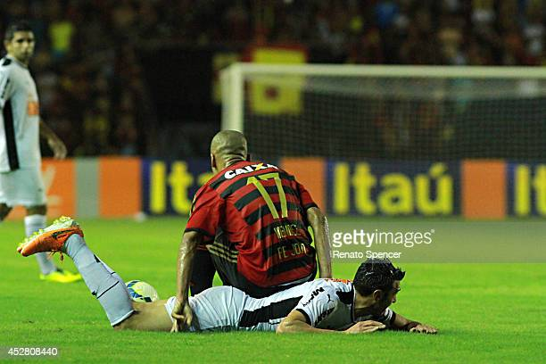 Wendel of Sport Recife tackles Rever of Atletico MG during the Brasileirao Series A 2014 match between Sport Recife and Atletico MG at Ilha do Retiro...