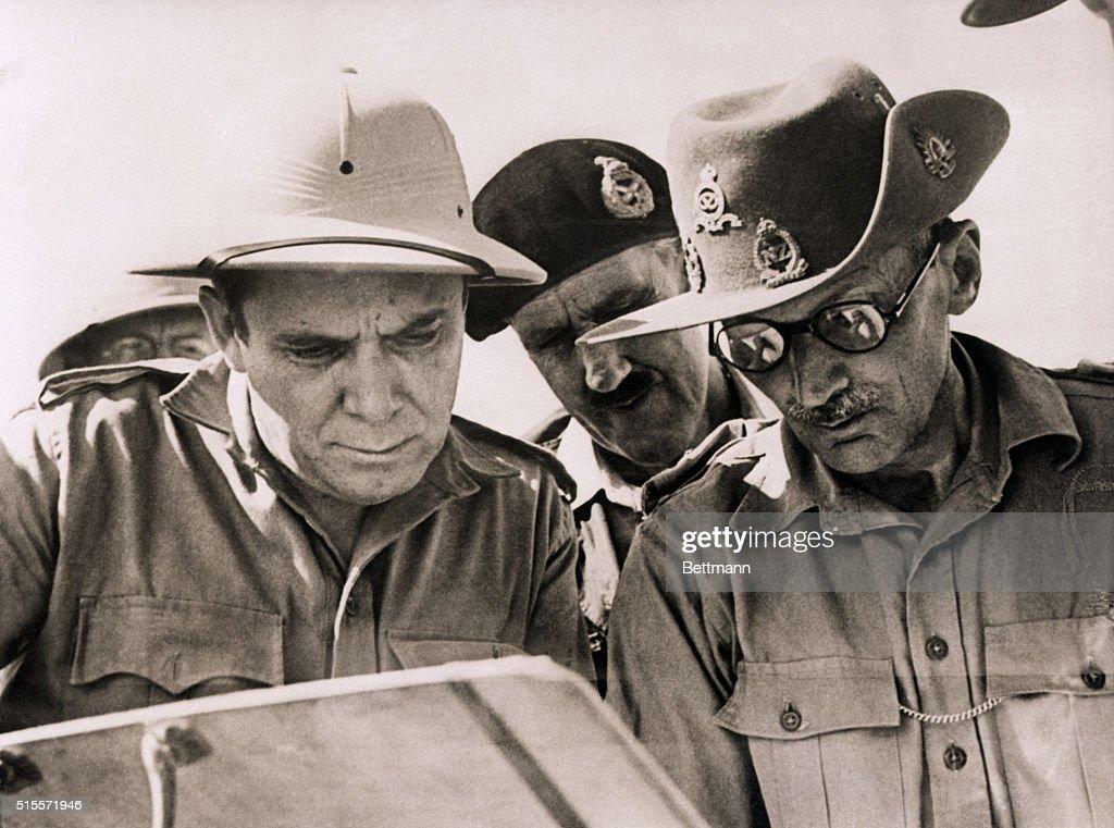 كتاب ....... مونتجمري  Wendell-willkie-and-montgomery-study-battlefield-map-picture-id515571946