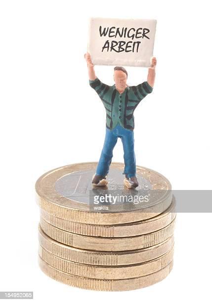weniger Power Männchen mit Schild auf Stapel Euromünzen