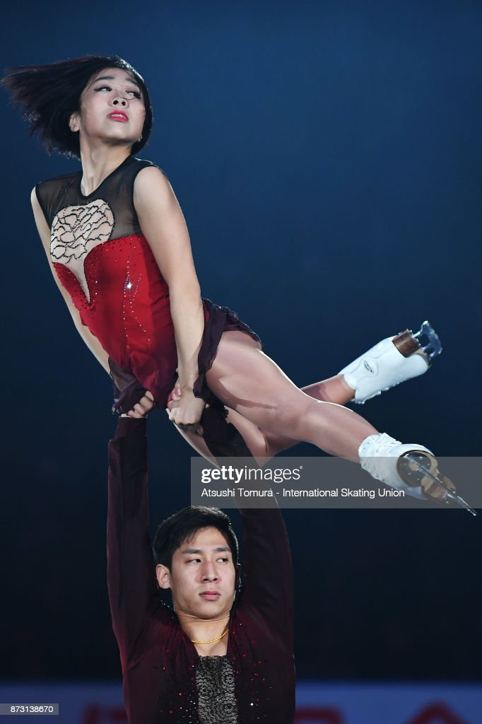 Вэньцзин Суй - Цун Хань / Wenjing SUI - Cong HAN CHN - Страница 11 Wenjing-sui-and-cong-han-of-china-perform-in-the-gala-exhibition-the-picture-id873138670