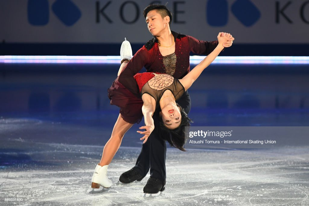 Вэньцзин Суй - Цун Хань / Wenjing SUI - Cong HAN CHN - Страница 12 Wenjing-sui-and-cong-han-of-china-perform-their-routine-in-the-gala-picture-id889331830