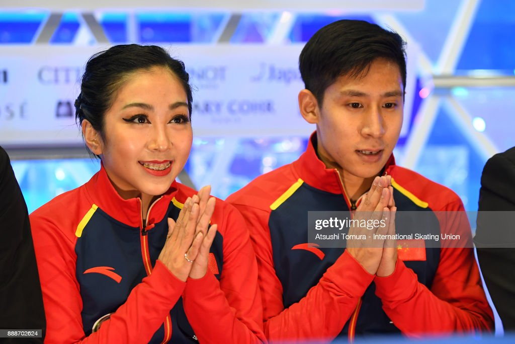 Вэньцзин Суй - Цун Хань / Wenjing SUI - Cong HAN CHN - Страница 11 Wenjing-sui-and-cong-han-of-china-smiles-at-the-kiss-and-cry-after-picture-id888702624