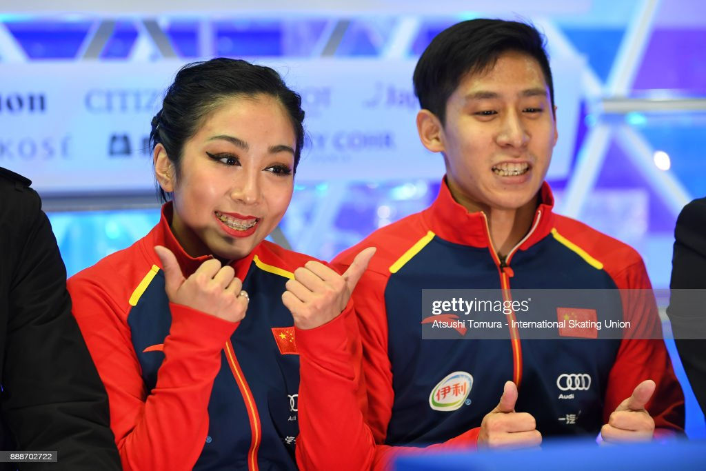 Вэньцзин Суй - Цун Хань / Wenjing SUI - Cong HAN CHN - Страница 11 Wenjing-sui-and-cong-han-of-china-smiles-at-the-kiss-and-cry-after-picture-id888702722