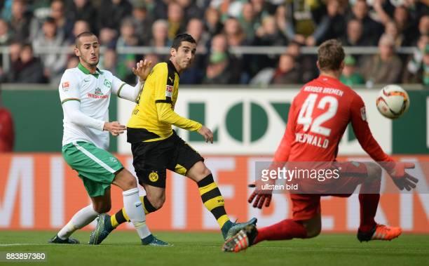 FUSSBALL 1 BUNDESLIGA SAISON SV Werder Bremen Borussia Dortmund Henrikh Mkhitaryan gegen Alejandro Galvez und Torwart Felix Wiedwald