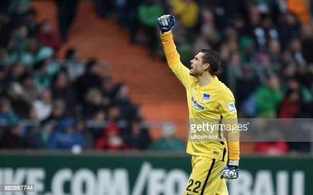 FUSSBALL 1 BUNDESLIGA SAISON SV Werder Bremen Hertha BSC Berlin Torwart Rune Almenning Jarstein jubelt nach dem 01