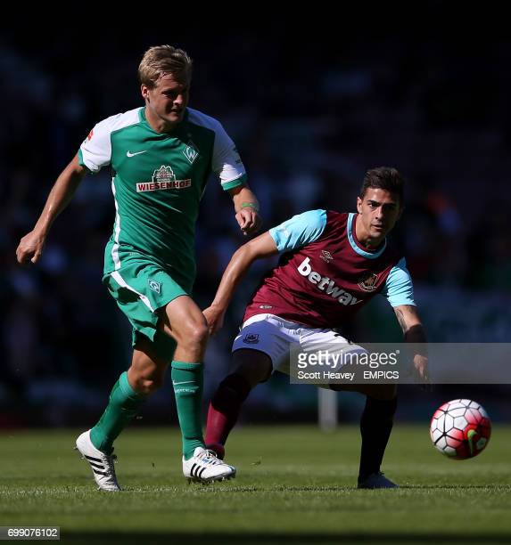 Werder Bremen's Clemens Fritz and West Ham United's Manuel Lanzini battle for the ball