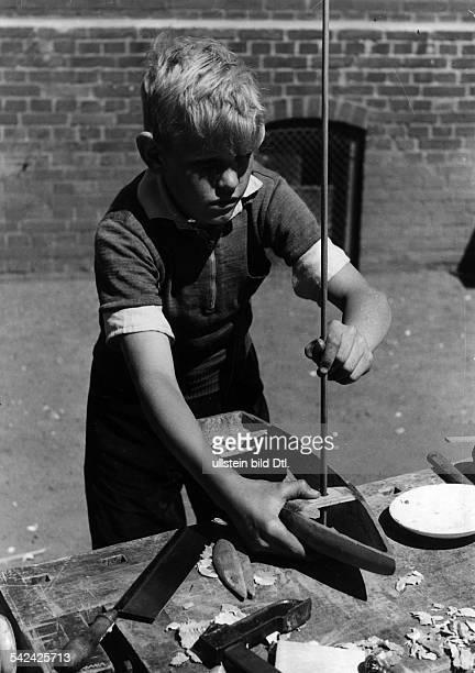 Werkunterricht in der Volksschule Knabe beim Bootsbau Setzen eines Mastes1942