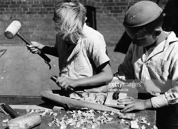 Werkunterricht in der Volksschule Zwei Knaben beim Schnitzen1942