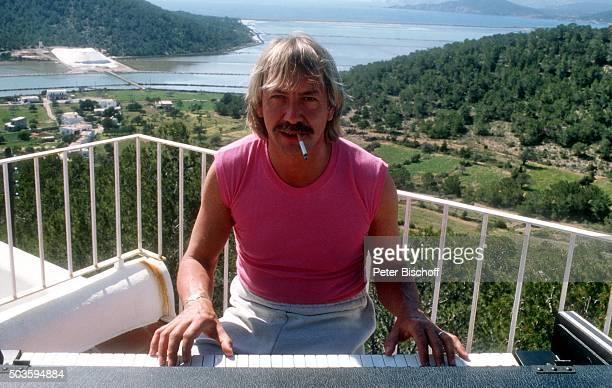 'Werner Böhm Dreharbeiten für VIPMagazin ''Bitte umblättern'' während Urlaub im Ferienhaus am auf Insel Ibiza Spanien '