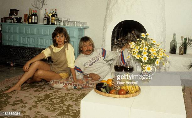 Werner Böhm Mary Roos Ferienhaus Ibiza Spanien Kamin Blume Obst Banane Ananas Wein Karaffe Sänger Sängerin Urlaub