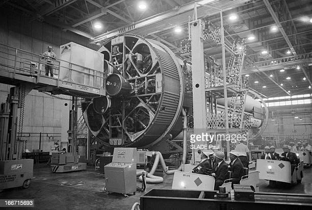 Wernher Von Braun And His Team Aux EtatsUnis à Michoud en janvier 1964 dans l'usine de construction de la fusée Saturne V le scientifique allemand...