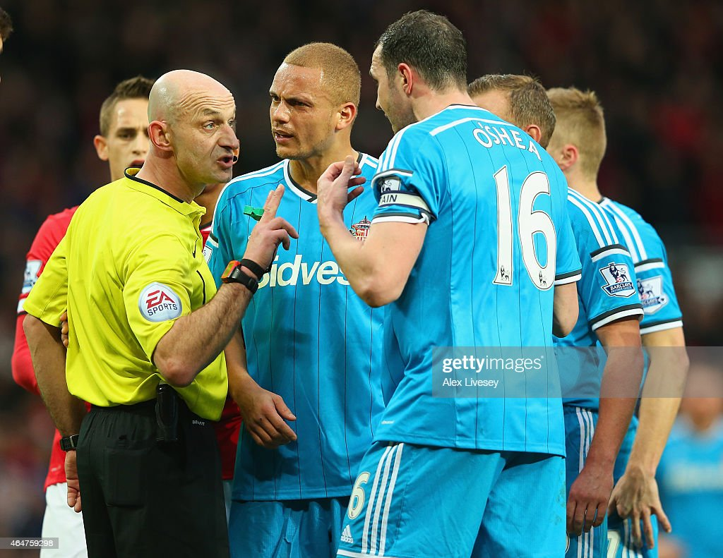 <a gi-track='captionPersonalityLinkClicked' href=/galleries/search?phrase=Wes+Brown+-+Voetballer&family=editorial&specificpeople=201876 ng-click='$event.stopPropagation()'>Wes Brown</a> of Sunderland reacts after being shown a straight red card by Refere Roger East as <a gi-track='captionPersonalityLinkClicked' href=/galleries/search?phrase=John+O%27Shea+-+Voetballer&family=editorial&specificpeople=202487 ng-click='$event.stopPropagation()'>John O'Shea</a> of Sunderland appeals during the Barclays Premier League match between Manchester United and Sunderland at Old Trafford on February 28, 2015 in Manchester, England.