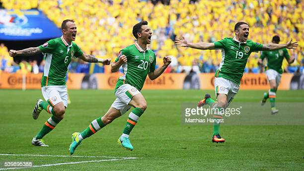 Wes Hoolahan of Republic of Ireland celebrates scoring his team's first goal with his team mate Glenn Whelan and Robbie Brady during the UEFA EURO...