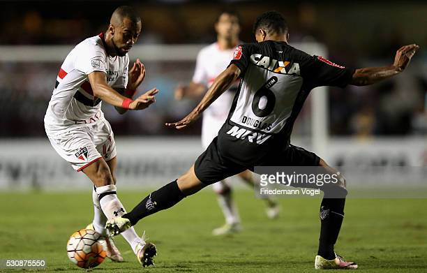 Wesley of Sao Paulo fights for the ball with Douglas Santos of Atletico MG during quarterfinal first leg match of Copa Bridgestone Libertadores...