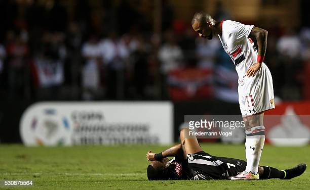 Wesley of Sao Paulo talks with Robinho of Atletico MG during quarterfinal first leg match of Copa Bridgestone Libertadores between Sao Paulo and...