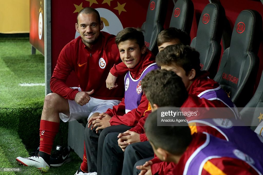 Wesley Sneijder (L) and his team mates wait in the bench during the during Ziraat Turkish Cup Semi Final second leg football match between Galatasaray and Caykur Rize Spor at Turk Telekom Arena in Istanbul, Turkey on May 4, 2016.