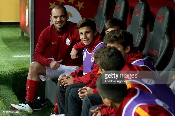 Wesley Sneijder and his team mates wait in the bench during the during Ziraat Turkish Cup Semi Final second leg football match between Galatasaray...