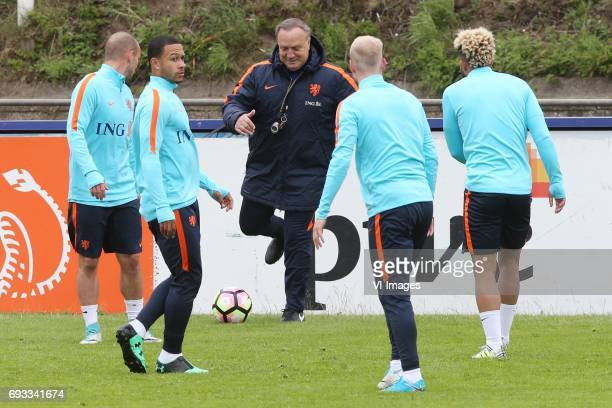 Wesley Sneijder of Holland Memphis Depay of Holland coach Dick Advocaat of Holland Davy Klaassen of Holland Tonny Vilhena of Hollandduring a training...