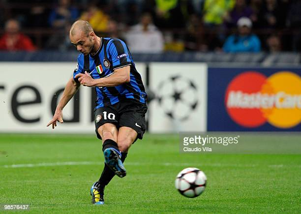 Wesley Sneijder of Inter Milan scores the 11 equalising goal during the UEFA Champions League Semi Final First Leg match between Inter Milan and...