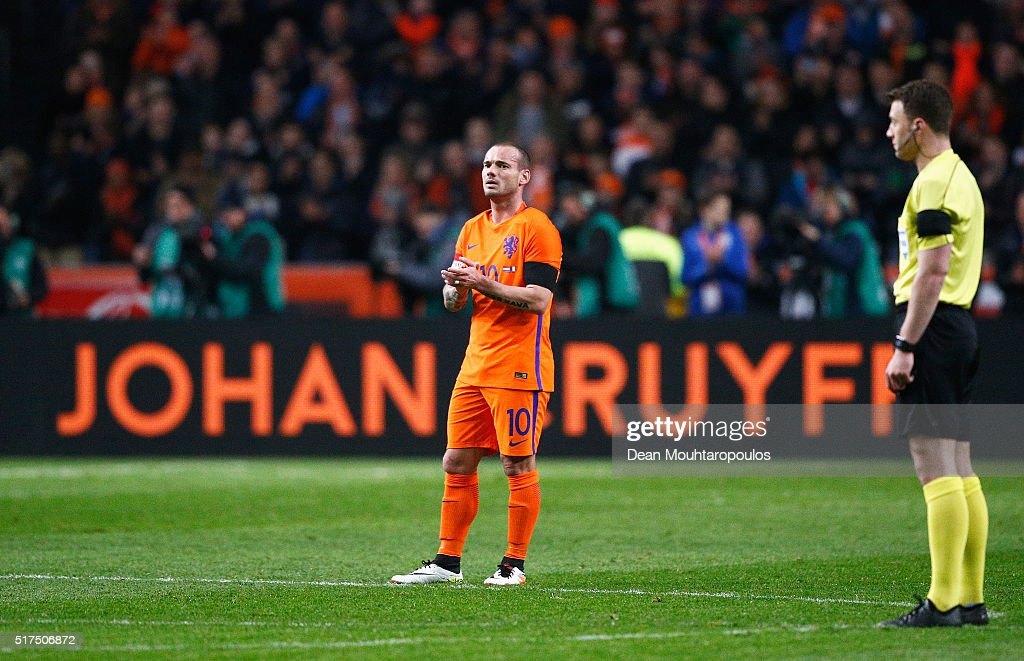 <a gi-track='captionPersonalityLinkClicked' href=/galleries/search?phrase=Wesley+Sneijder&family=editorial&specificpeople=538145 ng-click='$event.stopPropagation()'>Wesley Sneijder</a> of the Netherlands stands in the 14th minute for a minute's silence to remember Johan Cruyff of Netherlands during the International Friendly match between Netherlands and France at Amsterdam Arena on March 25, 2016 in Amsterdam, Netherlands.