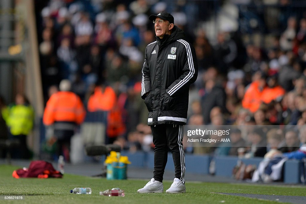 West Bromwich Albion Manager Tony Pulis shouts instructions during the Barclays Premier League match between West Bromwich Albion and West Ham United at The Hawthorns on April 30, 2016 in West Bromwich, United Kingdom.