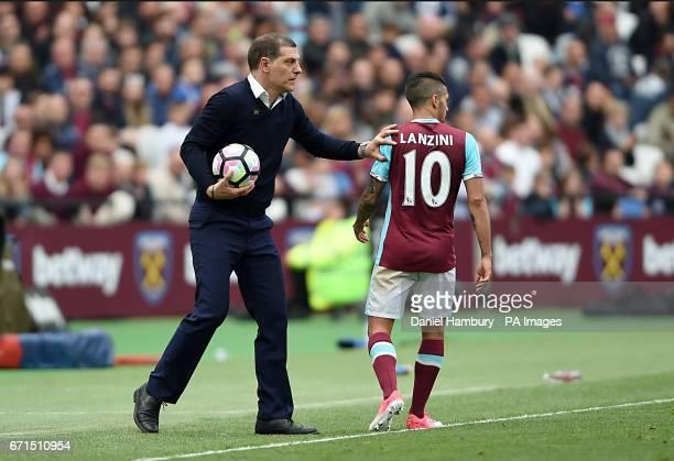 West Ham United manager Slaven Bilic speaks with West Ham United's Manuel Lanzini during the Premier League match at London Stadium