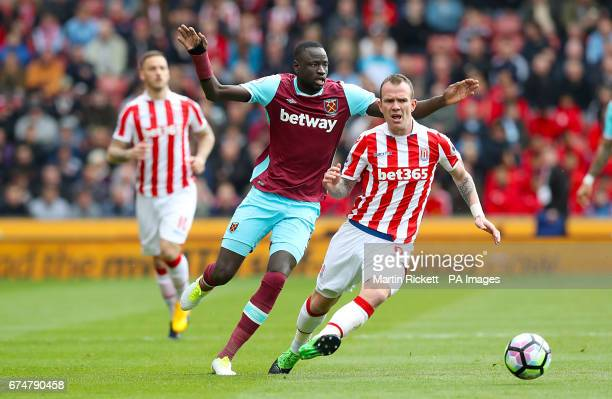 West Ham United's Cheikhou Kouyate and Stoke City's Glenn Whelan battle for the ball during the Premier League match at the bet365 Stadium Stoke