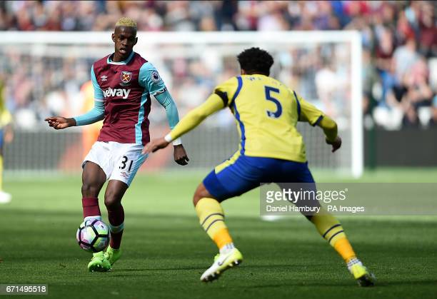 West Ham United's Edimilson Fernandes and Everton's Ashley Williams battle for the ball during the Premier League match at London Stadium