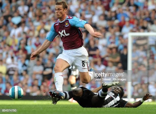 West Ham United's Scott Parker skips the tackle from Newcastle United's Obafemi Martins