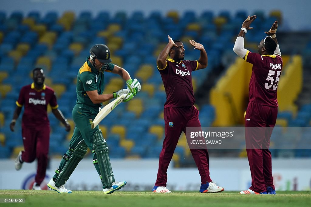 West Indies bowler Shannon Gabriel (C) celebrates with teammates after dismissing South African cricket team captain AB de Villiers (L) during the 9th One Day International match of the Tri-nation Series between South Africa and West Indies at the Kensington Oval stadium in Bridgetown on June 24, 2016. / AFP / Jewel SAMAD