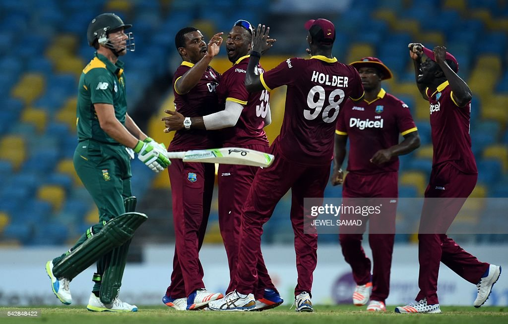 West Indies bowler Shannon Gabriel (2nd-L) celebrates with teammates after dismissing South African cricket team captain AB de Villiers (L) during the 9th One Day International match of the Tri-nation Series between South Africa and West Indies at the Kensington Oval stadium in Bridgetown on June 24, 2016. / AFP / Jewel SAMAD
