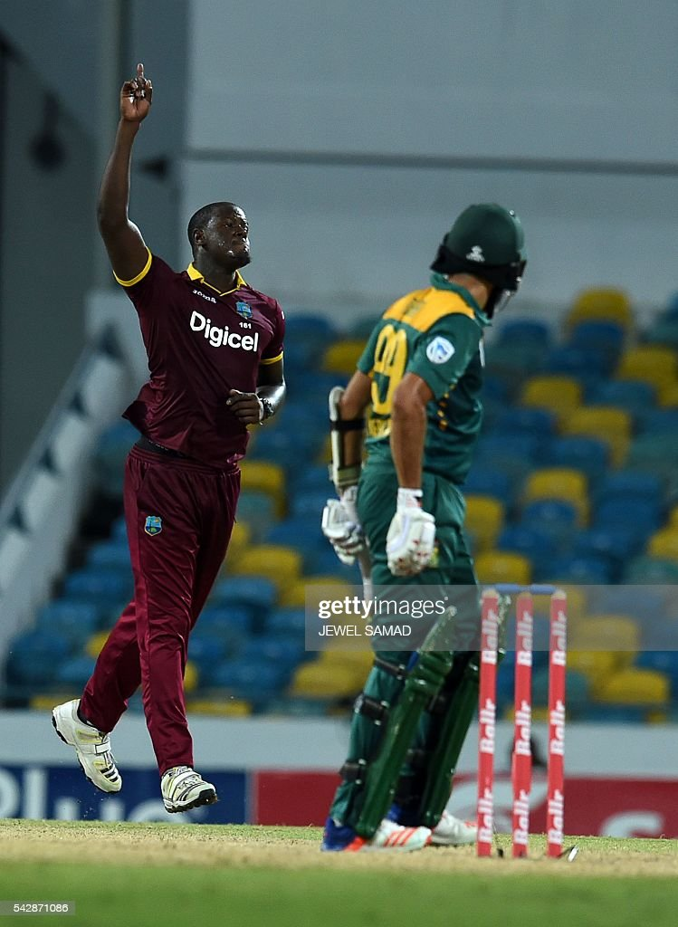 West Indies cricketer Carlos Brathwaite (L) celebrates dismissing South African last wicket Imran Tahir (R) cricketer Kagiso Rabada (R) during the 9th One Day International match of the Tri-nation Series between South Africa and West Indies at the Kensington Oval stadium in Bridgetown on June 24, 2016. West Indies defeated South Africa by 100 runs to scure their position for the series final. West Indies will face Australia in the final match on June 26. / AFP / Jewel SAMAD