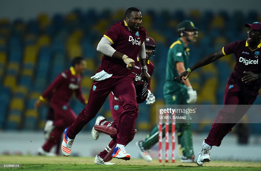 West Indies cricketer Kieron Pollard (C) and his teammates celebrate after dismissing South African batsman Chris Morris during the 9th One Day International match of the Tri-nation Series between South Africa and West Indies at the Kensington Oval stadium in Bridgetown on June 24, 2016. / AFP / Jewel SAMAD