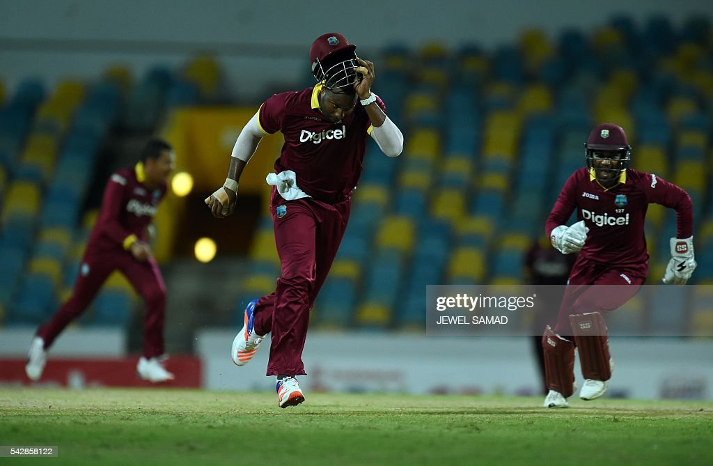 West Indies cricketer Kieron Pollard (C) celebrates after taking a catch to dismiss South African batsman Chris Morris during the 9th One Day International match of the Tri-nation Series between South Africa and West Indies at the Kensington Oval stadium in Bridgetown on June 24, 2016. / AFP / Jewel SAMAD