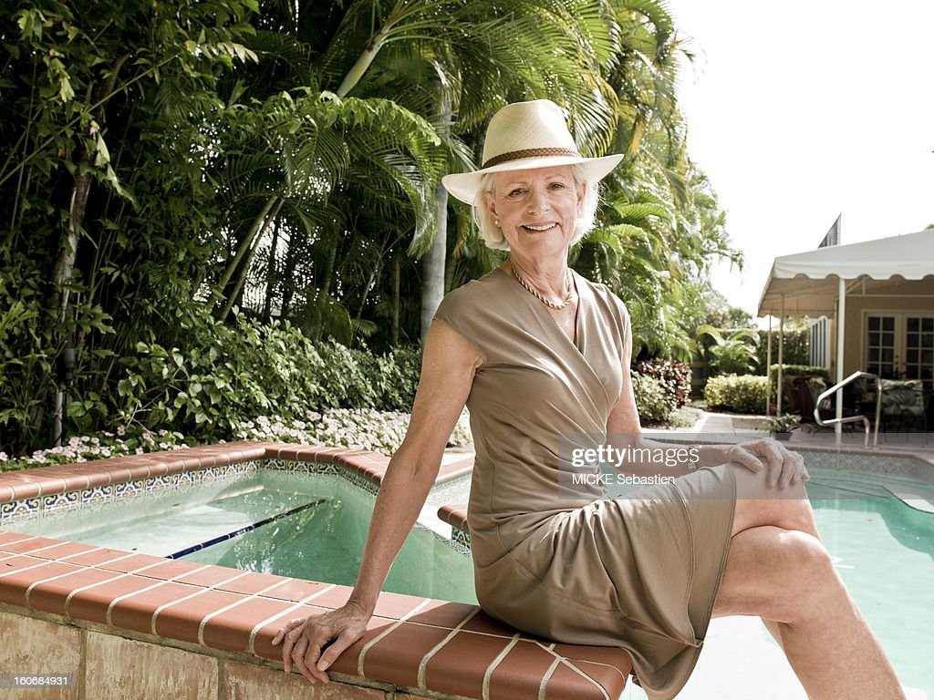 West Palm Beach (Florida), Sunday, February 5, 2012: meeting with Mimi ALFORD, 69, student of the JFK attitude smiling face of Mimi a hat, posing sitting on the edge of a swimming pool. Now retired, she and her husband rented a house there during the winter. 19 years young intern arrived in 1962 the press office of the presidency has the White House, Mimi has lived several months romance with President John F. Kennedy, then 45 years of age. Fifty years later, she tells her story in the book 'A singular love story', by Oh! Editions.