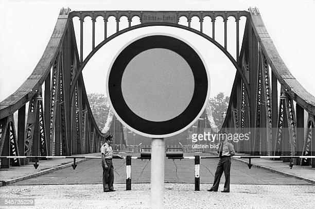 Westberliner Polizisten amSchlagbaum vor der Brücke September 1977