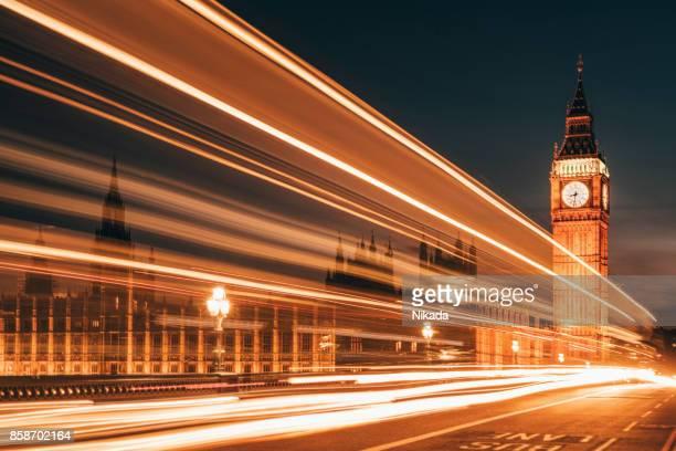 Westminster Bridge mit Big Ben und verschwommenen Lichtern in London, Großbritannien