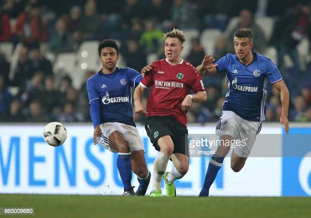 Weston McKennie of Schalke and Felix Klaus of Hannover and Franco Di Santo of Schalke battle for the ball during the friendly match between Hannover...