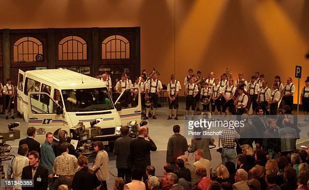Wettvorführung Blaskapelle 100 ZDFShow 'Wetten dass ' Philpshalle Düsseldorf Deutschland Auto Kamera Drehstab Dreharbeiten