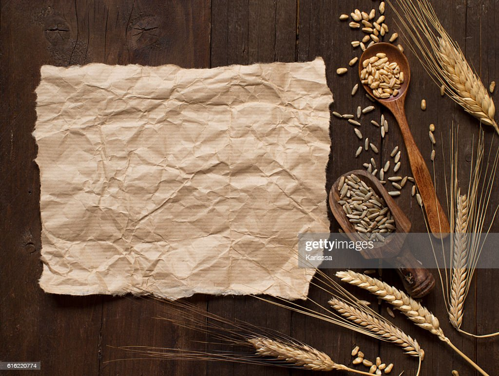 Et bien expliqué de blé sur fond en bois : Photo