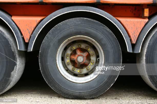 Roue de camion et remorque articulés
