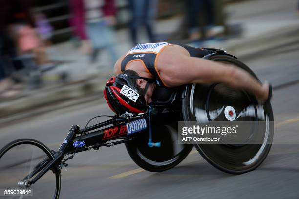 A wheelchair racer participates in the Chicago Marathon on October 8 2017 in Chicago Illinois / AFP PHOTO / Joshua Lott