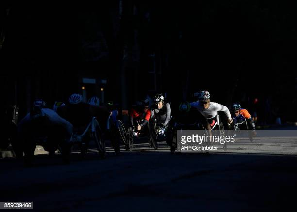 Wheelchair racers participate in the Chicago Marathon on October 8 2017 in Chicago Illinois / AFP PHOTO / Joshua Lott