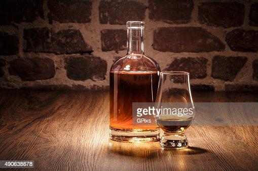 Whiskey Flasche und Nosing Glas : Stock Photo