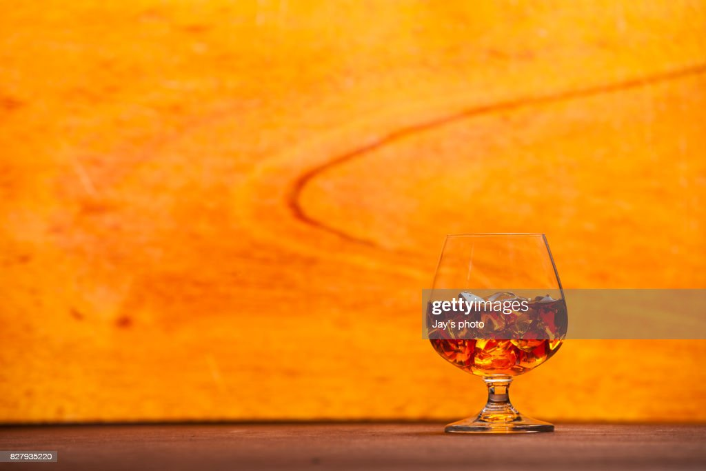 Whisky in wooden background : Foto stock