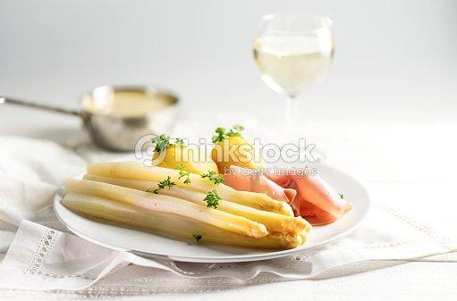 Weißer Spargel Kartoffeln Schinken Sauce Hollandaise Und Wein Heller