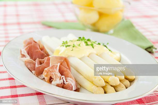 White asparagus tips with parma ham