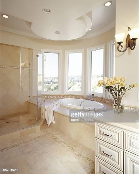 Weiße Badezimmer mit großer Badewanne