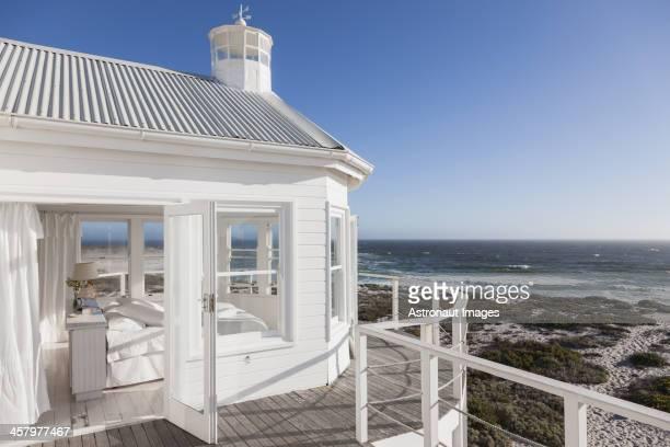 Blanc chambre avec vue sur l'océan